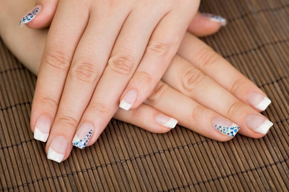unhas decoradas com strass shutterstock_128460320